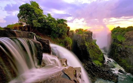 Les chutes Victoria et la nature luxuriante autour, la chute et la victoire côte à côte.